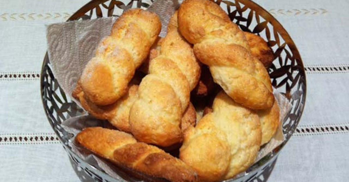 Biscottiera con biscotti alla ricotta