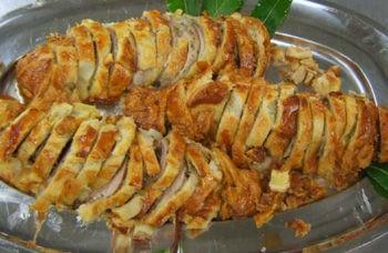vassoio con fette di filetto di maiale con la crosta di pane