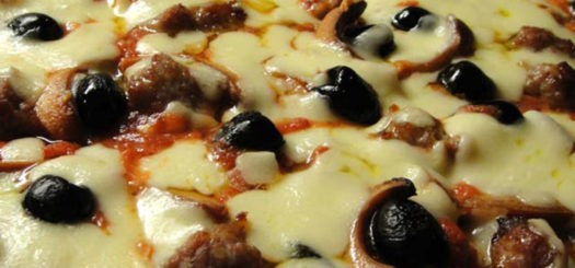 Pizza Salsiccia, Wurstel e Olive Nere in Teglia