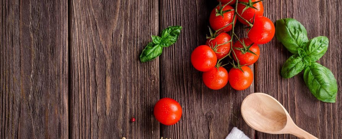 Basilico e pomodorini rossi
