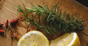 Tagliere con rosmarino, peperoncino e limone